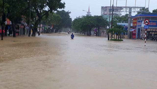 Nhiều tuyến đường tại thành phố Huế như Nguyễn Huệ, Bà Triệu, Phan Chu Trinh... đều ngập sâu trong nước...