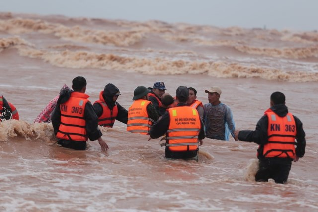 Một người gặp nạn được lực lượng cứu hộ đưa vào bờ.
