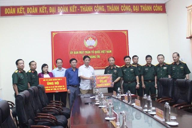 Trung tướng Trần Võ Dũng trao tặng những phần quà ủng hộ người dân Quảng Trị bị ảnh hưởng do mưa lũ.