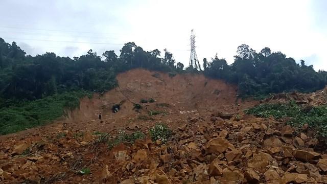 Một mảnh núi bị sạt lở sau tiếng động lớn.