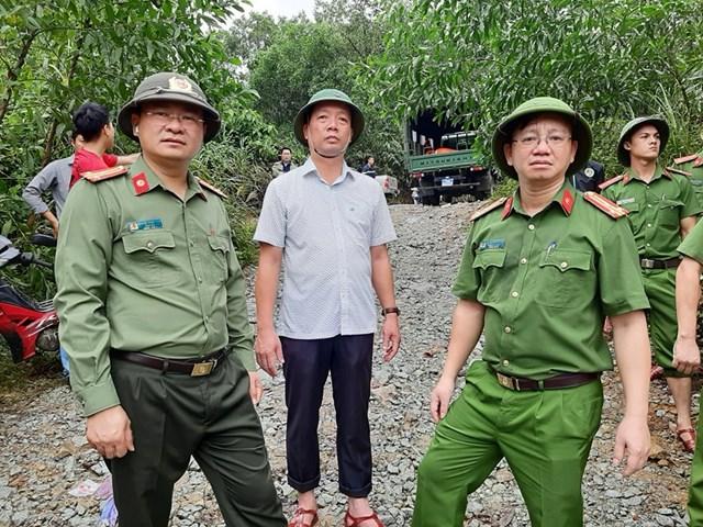 Ông Phan Thiên Đinh (giữa), Phó Chủ tịch UBND tỉnh Thừa Thiên - Huế cùng Thượng tá Nguyễn Thanh Tuấn (bìa trái), Giám đốc Công an tỉnh trực tiếp tham gia và chỉ đạo công tác cứu hộ.