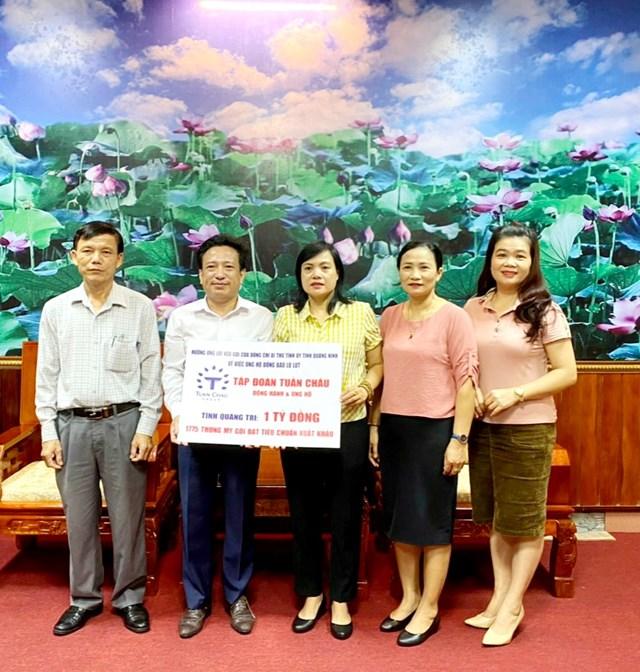 Lãnh đạo Ủy ban MTTQ Việt Nam tỉnh Quảng Trị tiếp nhận ủng hộ từ các nhà hảo tâm hỗ trợ người dân khắc phục hậu quả do mưa lũ.