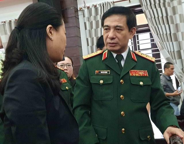 Thượng tướng Phan Văn Giang thăm hỏi, động viên thân nhân, gia đình các liệt sĩ hy sinh trong lúc làm nhiệm vụ tại Thủy điện Rào Trăng 3. Ảnh: V. Thắng.