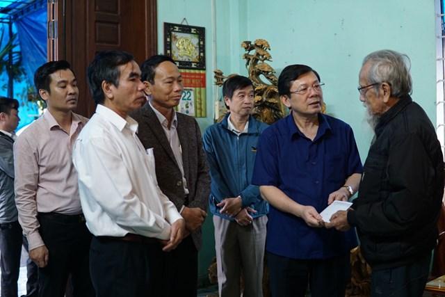Phó Chủ tịch Nguyễn Hữu Dũng thăm hỏi, động viên gia đình các liệt sĩ Trần Minh Hải...