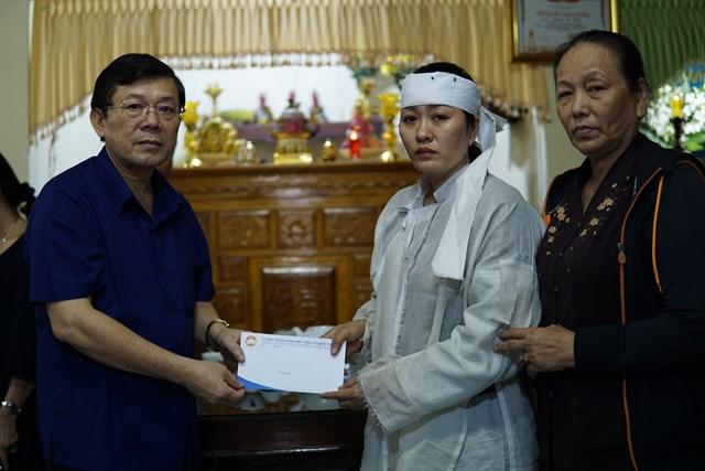 ... gia đình liệt sĩ Nguyễn Văn Bình...  ...và gia đình liệt sĩ Tôn Thất Bảo Phúc. Ba liệt sĩ hy sinh khi đang làm nhiệm vụ tìm kiếm cứu nạn tại Thủy điện Rào Trăng 3.
