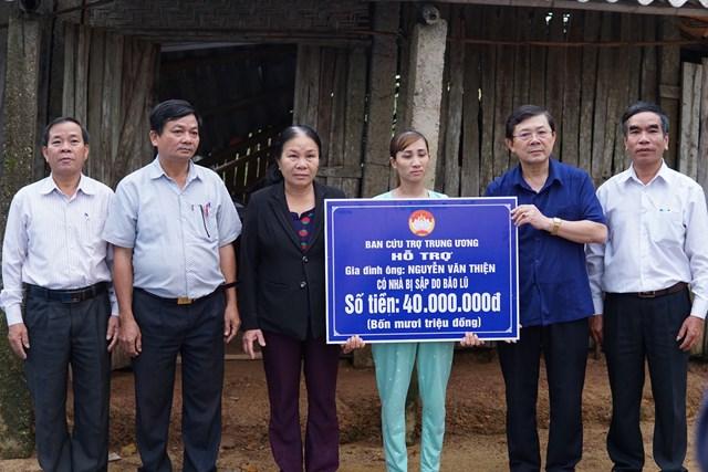 Phó Chủ tịch Nguyễn Hữu Dũng thăm và trao số tiền 40 triệu đồng cho gia đình ông Nguyễn Văn Thiện.