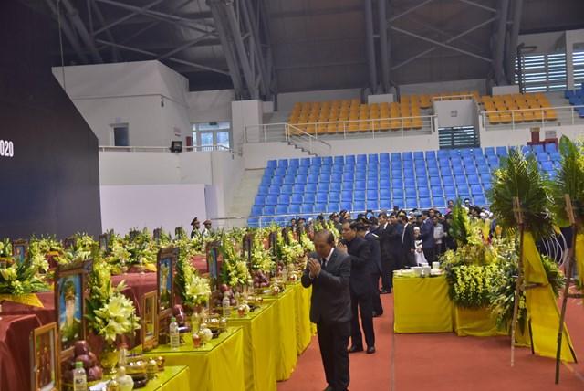 Phó Thủ tướng Thường trực Chính phủ Trương Hòa Bình cùng đoàn vào viếng 22 liệt sĩ.