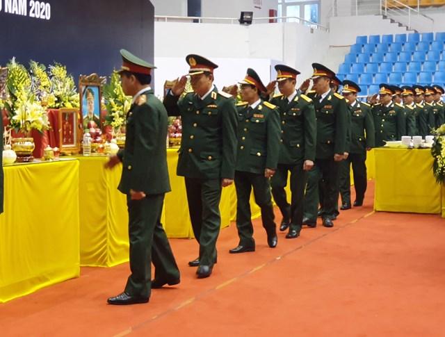 Đoàn Bộ Quốc phòng viếng các liệt sĩ.