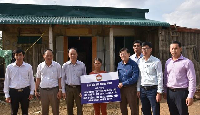 Phó Chủ tịch trao số tiền 40 triệu cho gia đình chị Lê Thị Sen có nhà bị hư hỏng nặng do mưa bão gây ra.