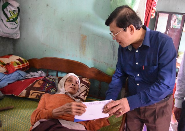 Phó Chủ tịch Nguyễn Hữu Dũng trao quà cho cụ bà bị bệnh nặng có hoàn cảnh rất khó khăn.
