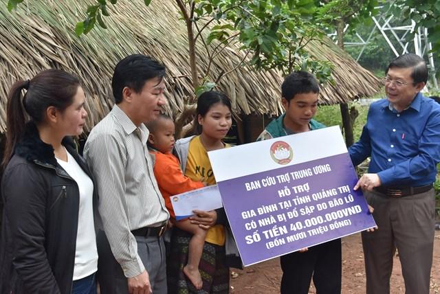 Phó Chủ tịch Nguyễn Hữu Dũng trao số tiền 40 triệu đồng cho hộ gia đình anh Hồ Văn Lo, có nhà bị sập do mưa bão gây ra.