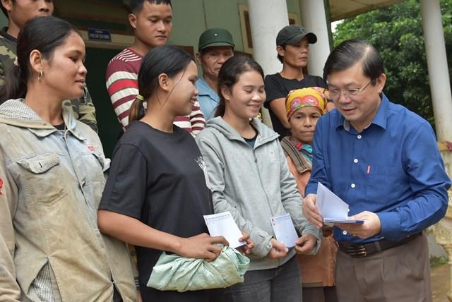 Phó Chủ tịch Nguyễn Hữu Dũng thăm hỏi và trao quà cho người dân ở xã Tà Long, huyện Đakrông.