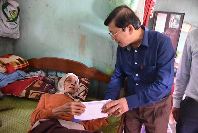 Phó Chủ tịch Nguyễn Hữu Dũng thăm cụ bà Lê Thị Vui (75 tuổi, trú tại xã Triệu Ái, huyện Triệu Phong) bị bệnh, gia đình thuộc diện hộ nghèo hết sức khó khăn.