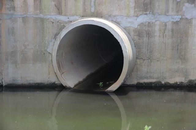 Các cống ống nước thải gần CCN Đồng Dinh