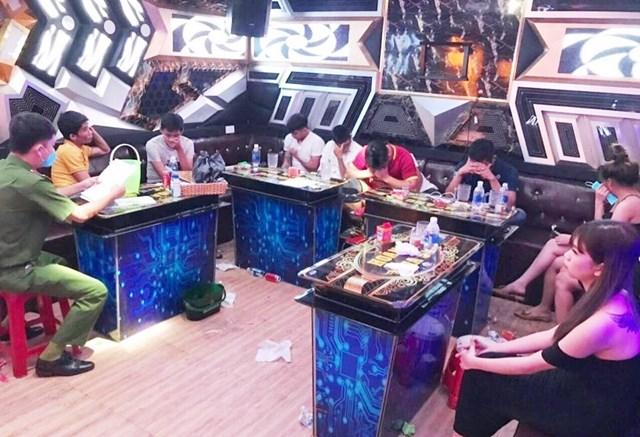 Lực lượng Công an phát hiện các khách sử dụng ma túy trong quán karaoke. (Ảnh CA cung cấp).