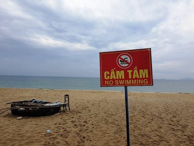 Một số vị trí bãi tắm đặt biển cấm tắm biển.