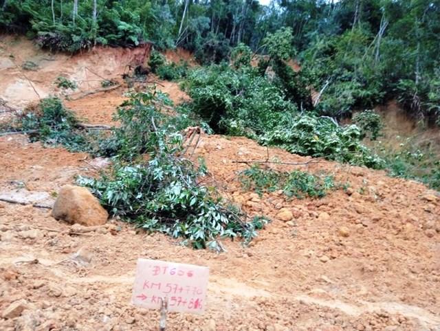 Nhiều đất đá sạt lở trên tuyến đường ĐT 606.