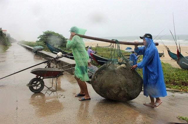 [ẢNH]Dân Quảng Nam chằng chống nhà cửa phòng chống bão số 5 - Ảnh 1