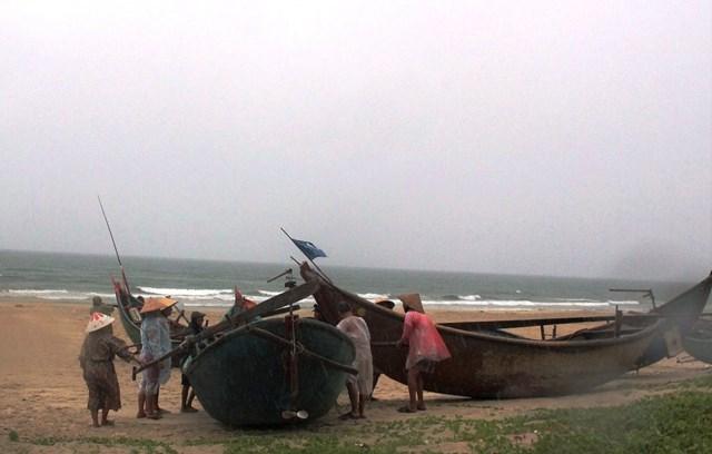 Rất đông người dân hối hả đưa ghe vào sâu trong bờ.