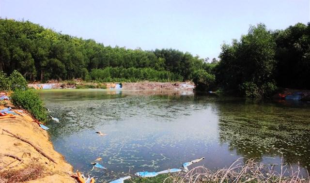 Một hồ nước thải bốc mùi hôi thối nồng nặc.