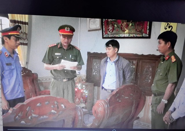 Công an huyện Núi Thành đọc lệnh bắt tạm giam ông Trí (người có bận áo khoát).