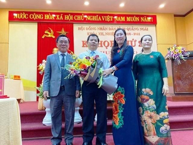 Ông Đặng Văn Minh (cầm hoa) trong lần được bầu giữ chức Chủ tịch UBND tỉnh Quảng Ngãi.