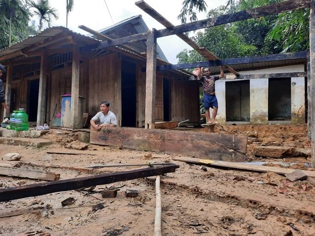 Ông Abing Trái sửa lại ngôi nhà bị hư do lũ.