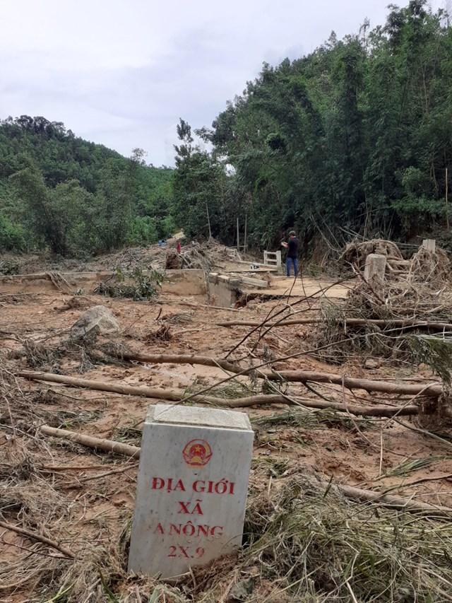 Tuyến đường thuộc xã A Nông ngỗn ngang sau lũ dữ.