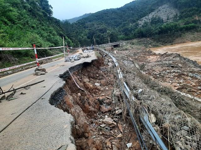 Vùng biên giới Tây Giang còn nhiều điểm sạt lở nặng.