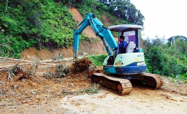 Tập trung khắc phục các tuyến đường trên huyện Tây Giang bị sạt lở.