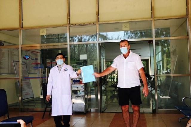 Một bệnh nhân mắc Covid-19 nước ngoài xuất viện sau khi được BVĐK TUQ Quảng Nam điều trị.