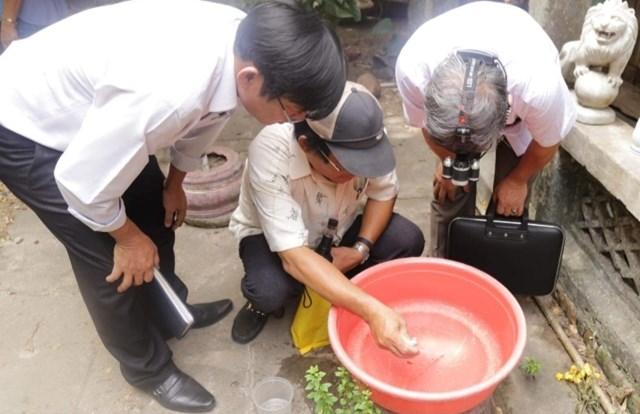 CDC Quảng Nam tuyên truyền người dân diệt bọ gậy.