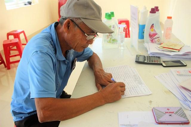 Người dân làm thủ tục nhận tiền hỗ trợ do dịch bệnh.