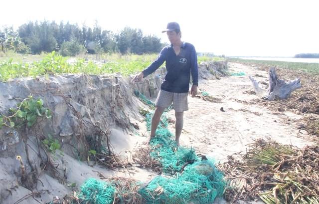 Ngư dân Thành chỉ nơi sạt lở biển thôn Trung Phường.