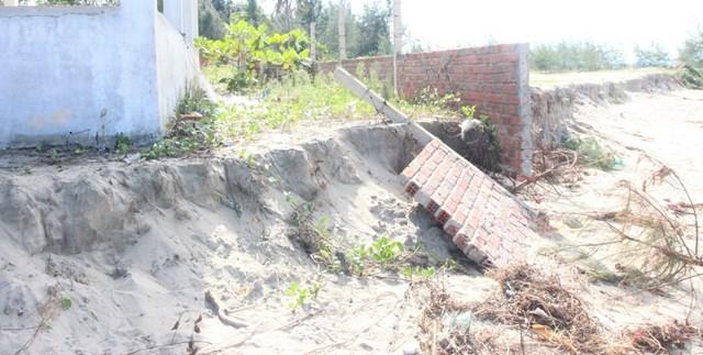 Một bờ tường rào của người dân bị sóng đánh sụp đổ.