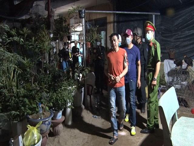 Lực lượng Công an áp giải nghi phạm Nguyễn Quang Trưởng.
