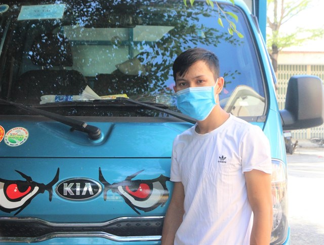 Nghi phạm Nguyễn Văn Tuấn cùng chiếc xe gây tai nạn.