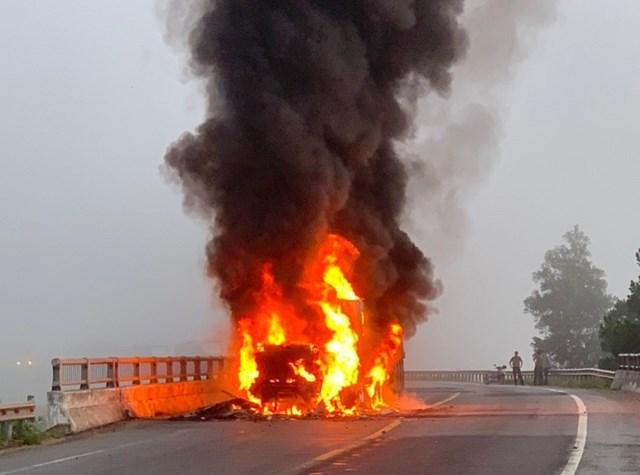 Hiện trường xe conatiner bốc cháy lớn trên quốc lộ 1A.