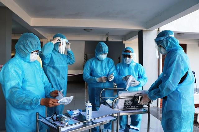 Chuẩn bị xét nghiệm Covid-19 cho các công dân Việt Nam từ nước ngoài trở về.
