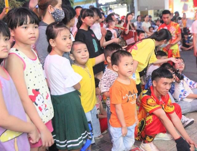 Nhiều em nhỏ chăm chú theo dõi múa lân.