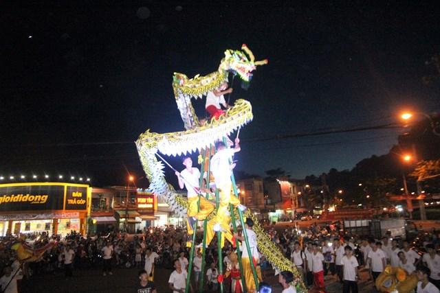 Một đội lân đang biểu diễn trên đường phố Tam Kỳ.