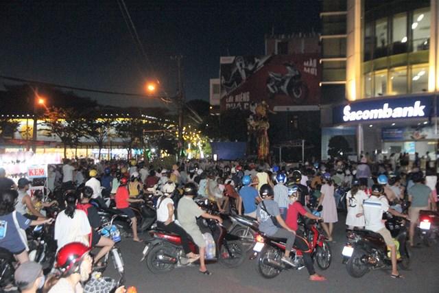 Tam Kỳ (Quảng Nam): Hàng nghìn người đổ ra đường xem múa lân - Ảnh 1