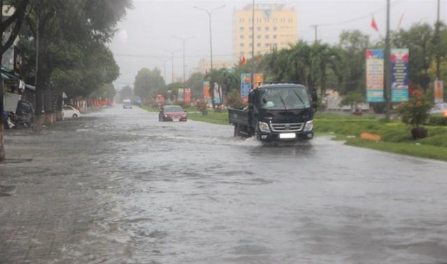 Một số đoạn đường Điện Biên Phủ, TP Tam Kỳ bị ngập nước sâu.
