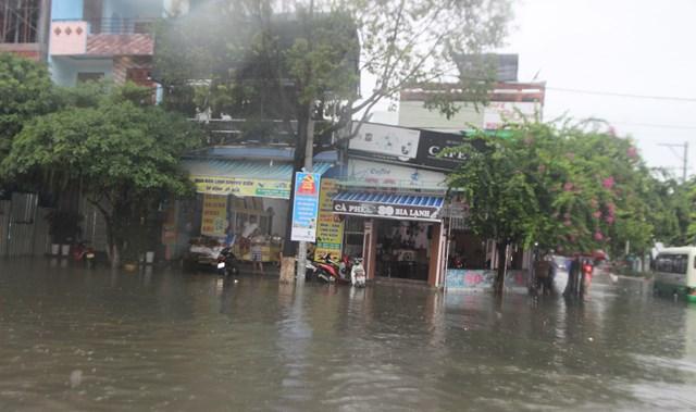 Nhiều cửa hàng tạm thời dừng hoạt động do đường sá bị ngập nước.