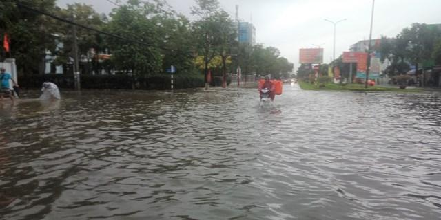 Một số tuyến đường TP Tam Kỳ ngập nước sâu.