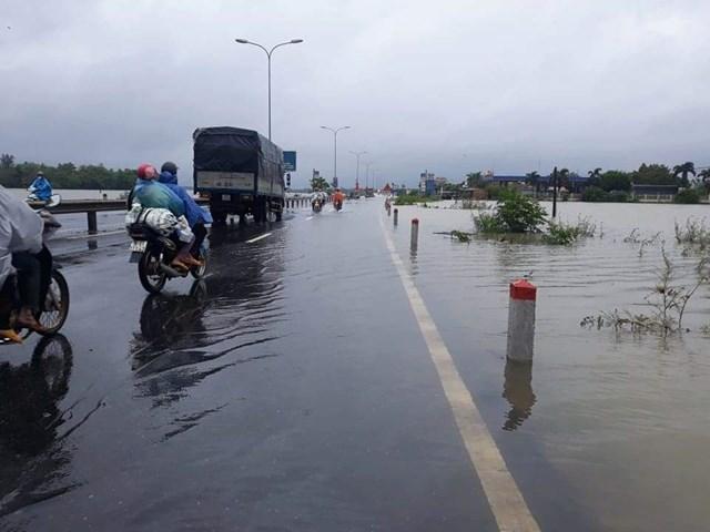 Nhiều nơi mưa lớn nước ngập gây gián đoạn giao thông.