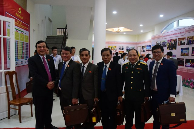 Ông Phan Việt Cường, Bí thư Tỉnh ủy chụp ảnh lưu niệm cùng các đại biểu.