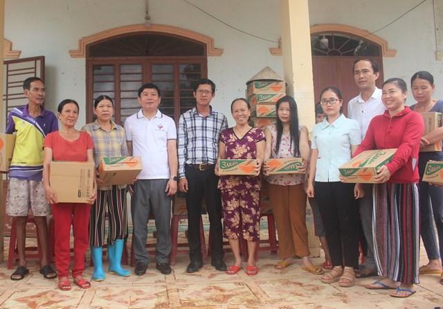 Trao quà cho người dân khối phố Trường Đồng, ở Tam Kỳ.