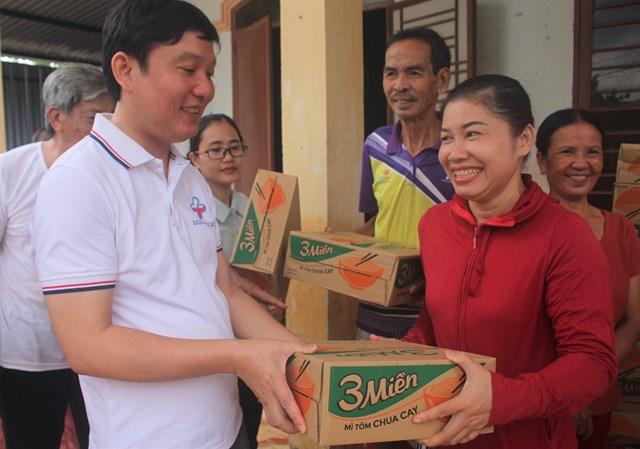 Ông Huỳnh Văn Khái trao quà cho bà con vùng lũ TP Tam Kỳ.