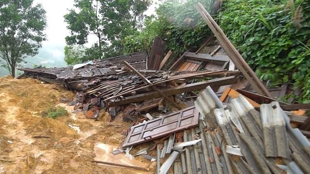 Nhà dân ở thôn Ra Pân bị sạt lở đất đá hư hỏng.
